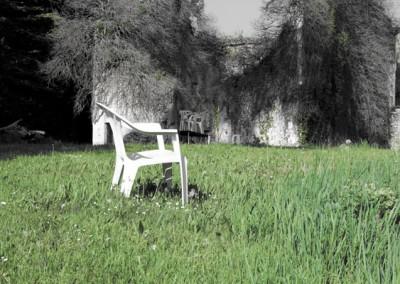 chaises-dans-l-herbe