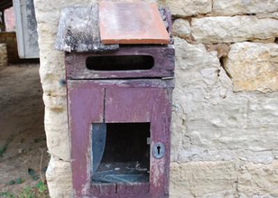 Boite aux lettres violette et tuiles